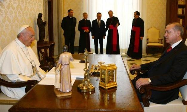 """Μετάλλιο με τον """"Άγγελο ειρήνης"""" δώρισε ο ποντίφικας στον Ερντογάν"""