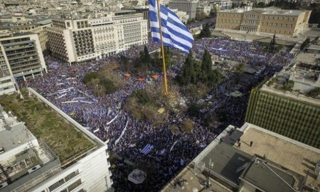 Θέσατε τον Μίκη Θεοδωράκη ως Τελετάρχη της παρέλασης στην 5η Λεωφόρο, επικεφαλής του Ελληνισμού!